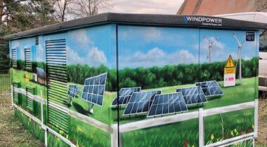 Gestaltete Trafostation zur PV-Anlage KLeinSchwechten mit Freiflächen- und Windkraftanlagen