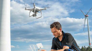 Puma Arbeitskleidung vor windkraftanlage mit Drohne